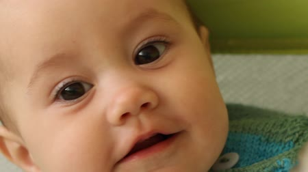 закрывать : Extreme close-up of cute happy baby girl. Стоковые видеозаписи