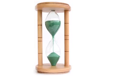 ampulheta : A wood made hourglass with complete green sand drainage, on a white background.