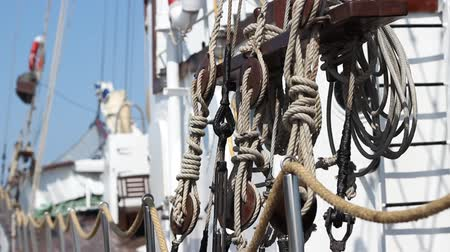lanoví : Several types of knots used on an older sailing yacht.