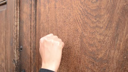 bater : Knocking on massive oak wood door, for opening. Sound included also. Stock Footage