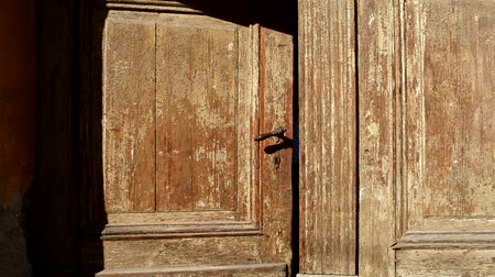 защелка : An old wooden door is closing slowly. Can be used as a metaphor for hint an ending of something era, chapter, story, ideas, facts, phenomena, etc. A new door is open, another is closing... Стоковые видеозаписи