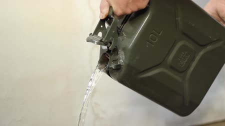 může : Someone is pour liquid from a green classic model fuel canister, of ten liters capacity. Dostupné videozáznamy