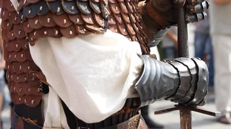 şövalye : Knight with hands over the sword handle, prepared for battle.