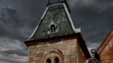 assombro : Old mansion garret view with colorfull dramatic clouds timelapse. Vídeos