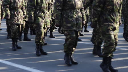 realeza : Soldiers in camouflage uniform and wearing boots are marching in cadence. Vídeos
