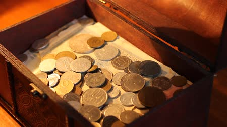 pirat : Hand pours coins into value wooden chest and plays greedy after with the money. Wideo