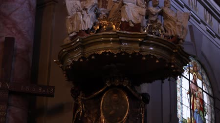 evangélium : Tilt shot of beautiful pulpit, decorated with marble and statues, on old Catholic church. Pulpit is a speakers stand in a church. In many Christian churches, there are two speakers stands at the front of the church. often, the one on the left as viewed