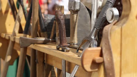 rytíř : Fiercely medieval fighters arrange their weapons after fighting in wooden weapon racks.