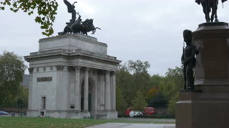 alegorie : Front view of the Wellington Arch, in a autumn cloudy day. Wellington Arch, also known as Constitution Arch or originally the Green Park Arch, is a triumphal arch located to the south of Hyde Park in central London and at the western corner of Green Park. Dostupné videozáznamy