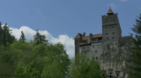transilvânia : Pan shot to Bran Castle, Transylvania, Romania, known as Dracula`s (Vlad The Impaler king) castle.