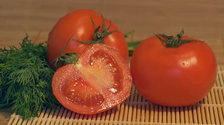 limpar : Sliding to fresh tomatoes in the kitchen ready to be cooked.