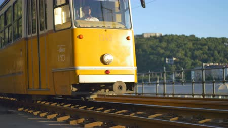 multa : Famous tram line near Danube River passing in afternoon sun in Budapest, Hungary. Vídeos