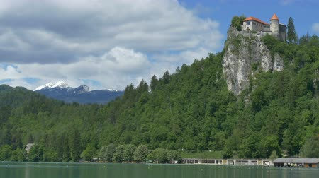 slovenya : beautiful view of lake and Castle Bled, in Slovenia. Stok Video