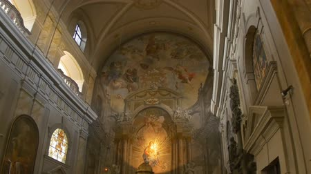 kolumny : View of the altar of a catholic baroque church. Wideo