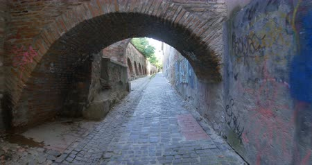 bástya : Walking the cobblestone road near the fortified walls of a medieval fortress. Stock mozgókép