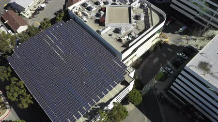 odstín : Aerial, drone shot panning around a roof full of Solar panels, on a sunny day, Long Beach, California, USA