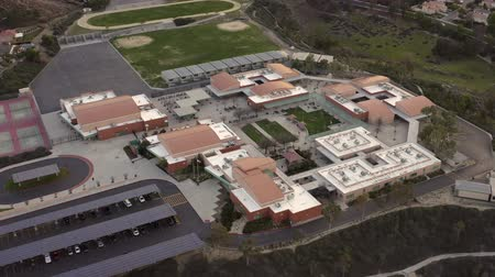 secundaria : Santa Clarita Junior High School, vista panorámica aérea de paneles solares Archivo de Video
