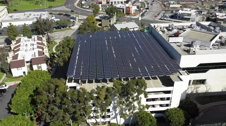 fotovoltaik : Large solar panels on top of parking structure, aerial rising shot, renewable green energy, in Long Beach, California