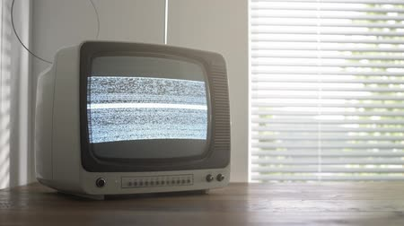 zrnitý : Vintage television on a table displaying a static noise on the screen, retro revival and broadcasting concept Dostupné videozáznamy