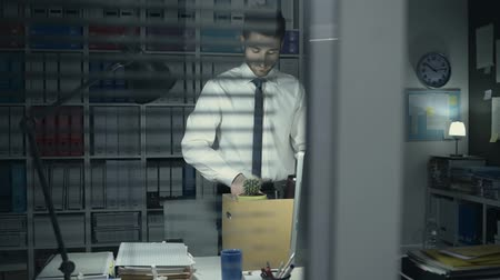 persiana : Business employee packing his belongings in the office after being fired and walking away