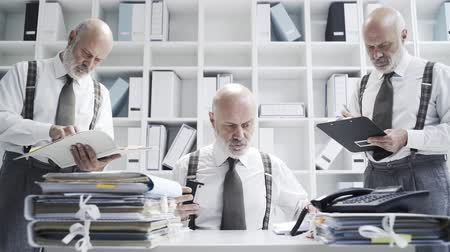 personalidade : Businessman doing multiple tasks in the office at the same time: work efficiency and organization concept