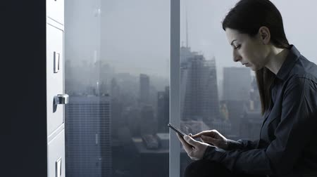 dosyalama : Corporate businesswoman texting with her smartphone in the office, business and communication concept Stok Video