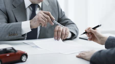 representante : Woman signing a car insurance contract