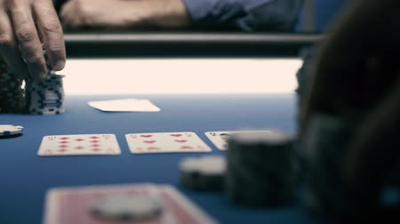 kans : Spannende Texas Hold'em pokertoernooien in casino, gokconcept, handen close-up Stockvideo