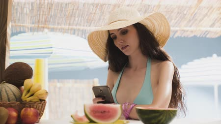 telefooncel : Beautiful young woman at the beach, talking and talking to her smartphone, communication and technology concept