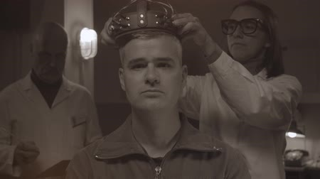 świnka morska : Vintage style scientists testing on a humans head in a laboratory