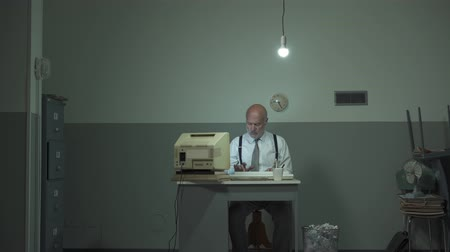 устаревший : Corporate businessman working in a rundown office and hitting his outdated computer