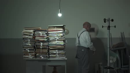 перегружены : Disappointed businessman finds a paperwork on his desk when he arrives at the office in the morning