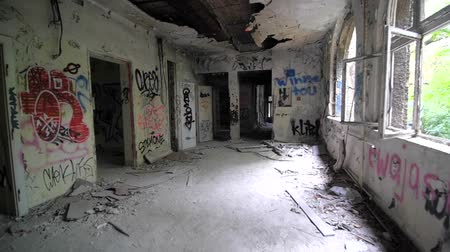 zdjęcia seryjne : Slow motion of walking through abandoned building with graffiti Wideo