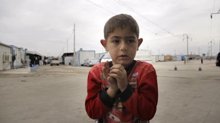 Iraqi Kurdistan IDP kid singing and covering ears with hands Stok Video