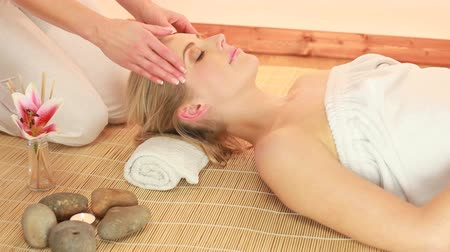 estância termal : Beautiful Lady Having Head Massage lying on mat with female hands massaging forehead and temples. Vídeos