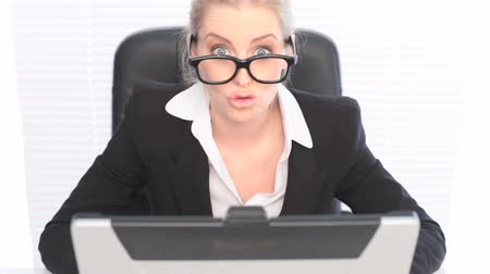 studieux : Blanc Woman in Business Suit vu sur ordinateur portable