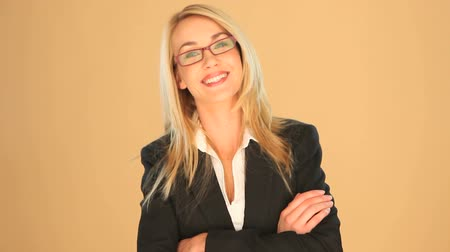 s rukama zkříženýma : Beautiful blonde businesswoman wearing glasses with crossed arms standing smiling at the camera