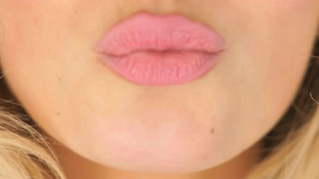 dudak : Woman asking for a kiss pursing her lips in a sexy seductive gesture, close up view of her mouth