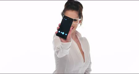obrázky : pretty girl take a self portrait with her smart phone and show it to the camera video 4k