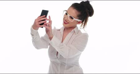 blúz : pretty girl take a self portrait with her smart phone and show it to the camera video 4k