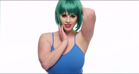cabelos grisalhos : Young woman wearing green wig and blue top