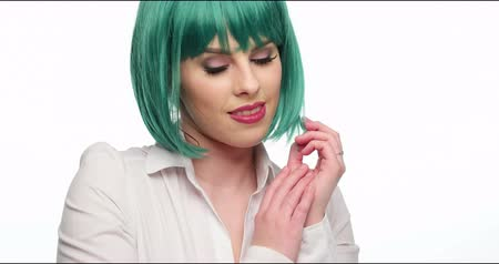 peruka : Young woman wearing green wig and white shirt Wideo