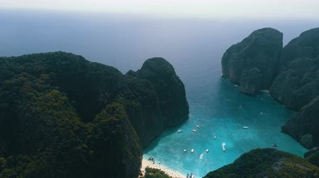 maia : Aerial drone view of iconic tropical turquoise water Maya Bay surrounded by limestone cliffs, Phi Phi islands, Thailand Vídeos