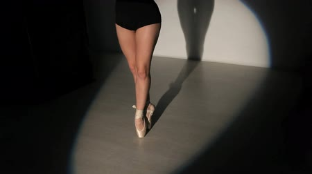 gymnasta : Closeup legs of dancing ballerina in spotlight Dostupné videozáznamy