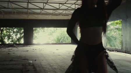 sentir : Beautiful woman playing with lace fabric. Sensual girl dancing in abandoned building - video in slow motion