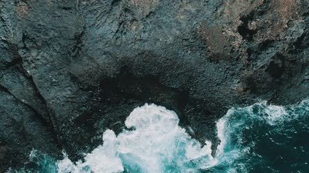 csattanás : Aerial drone view of ocean waves crashing coastline cliff - video in slow motion