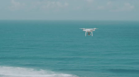 zumbido : Footage of drone flying above beautiful ocean on sunny summer day with blue sky