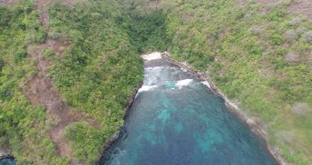 известняк : Aerial drone view of beautiful Pandan Beach of Nusa Penida island, Bali, Indonesia