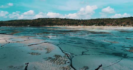 libélula : Aerial drone view of low tide on the beach of Nusa Lembongan island, Bali, Indonesia Vídeos