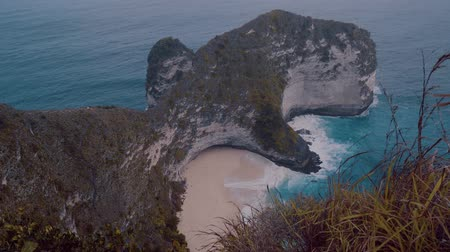 известняк : Beautiful cliffs of Kelingking Beach in Nusa Penida, Bali, Indonesia